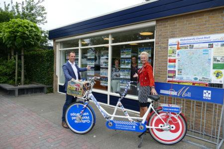 Team Makelaardij Sierd Moll Gorredijk voor het kantoor aan de Badweg in Gorredijk